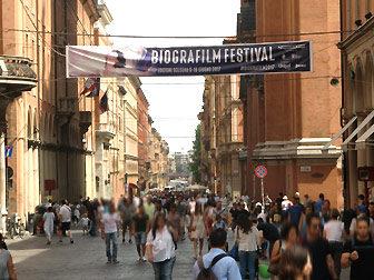 Via dell'Indipendenza in Bologna - hier spielt sich das Leben ab.
