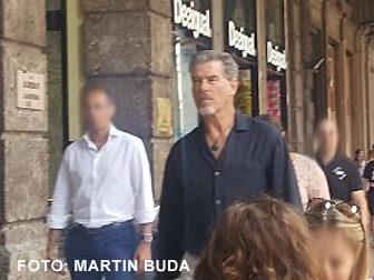 Schauspiel-Star Pierce Brosnan flaniert ganz cool durch Bologna.