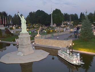 Die Freiheitsstatue und der Natchez-Raddampfer nebeneinander. Das nennt man die kleine Welt am Wörthersee.