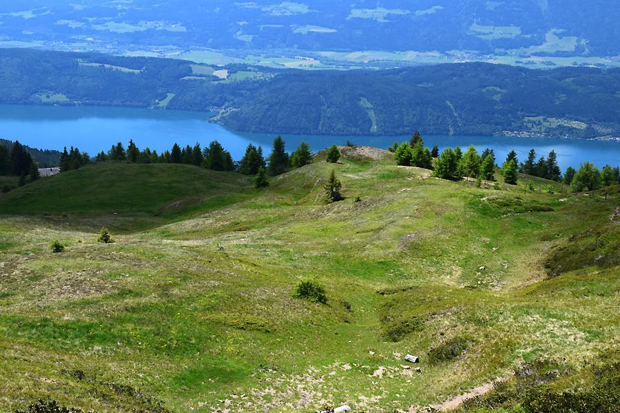 Beim Obermillstätter Almkreuz beginnt der Abstieg des Rundwanderweges. Man geht zuerst den breiten Weg hinunter, dann über einen schmalen Pfad. Konzentration ist wie immer beim Wandern gefragt.