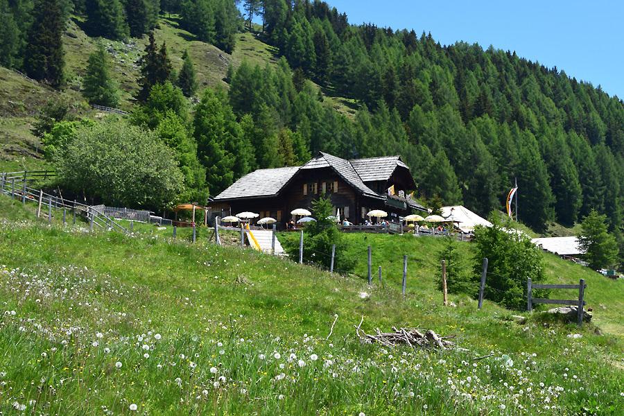 Nach rund dreieinhalb Stunden (je nach Pausen und Fotostopps) taucht die Lammersdorfer Hütte auf. Der Ausgansgpunkt ist erreicht. Der Kreis schließt sich. Und die Vorfreude auf eine Jause steigt.