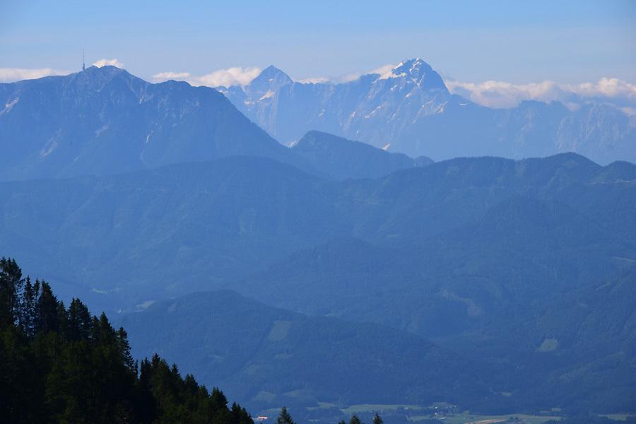 Das Bergpanorama ist atemberaubend. Links im Vordergrund ist der Villacher Haus- und Schutzberg Dobratsch (2.166  Meter) zu sehen. Gleich dahinter rechts der Mangart (2.678 Meter) bei den Laghi di Fusine im Friaul und links der Jalovec (2.645 Meter) in Slowenien.