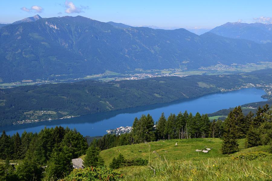 Kurz nach der Lammersdorfer Hütte und nach wenigen Höhenmetern erfreut dieser Ausblick auf den Millstätter See, Spittal an der Drau und das Goldeck (2.142 Meter) in den Gailtaler Alpen die Wanderinnen und Wanderer.