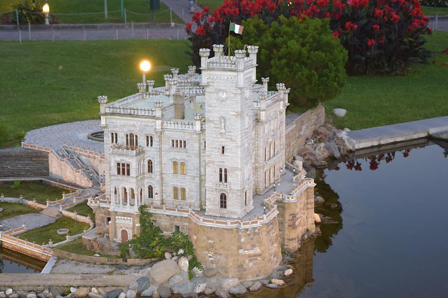 Das Schloss Miramare erstrahlt am Abend wunderschön.